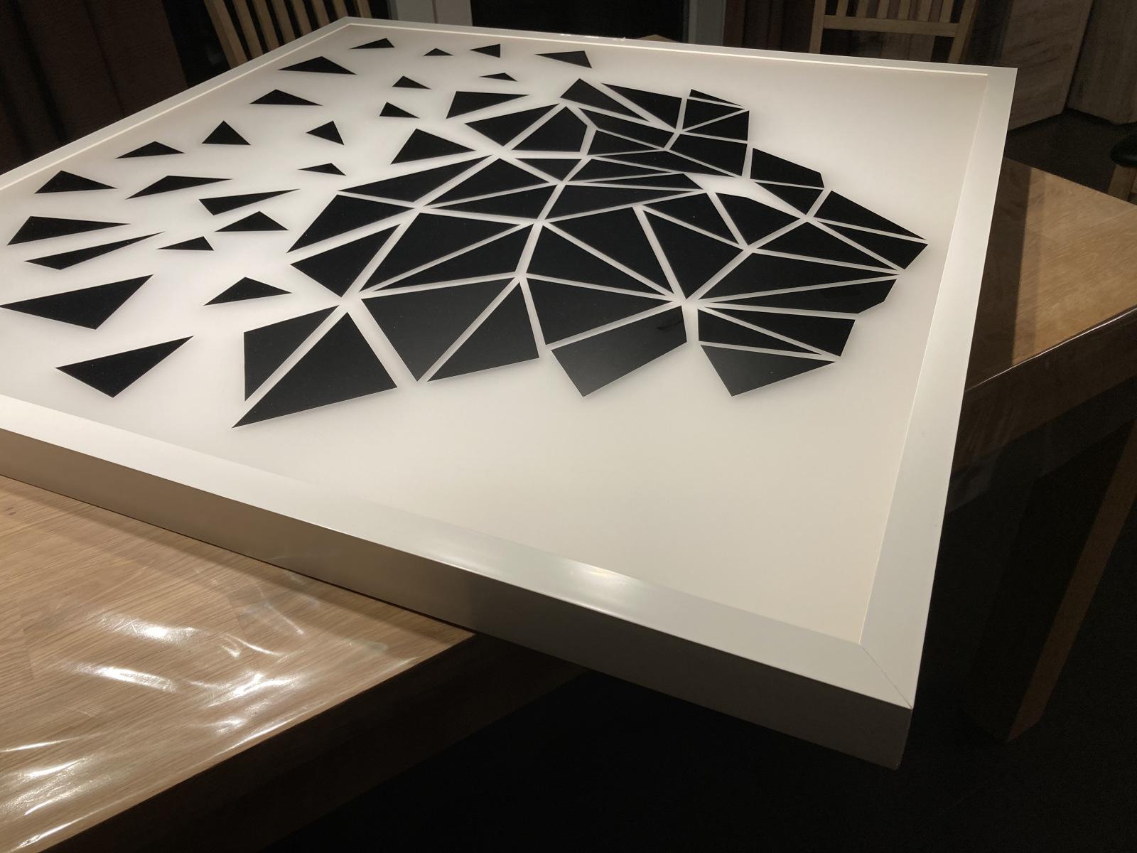 Fertiger Kasten mit weißen Winkelprofilen