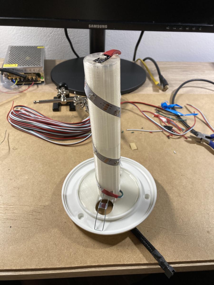 LED-Streifen um den Sockel geklebt - eine oben drauf